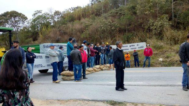 Cafeicultores fazem protesto e fecham a BR 262 com tratores em Muniz Freire