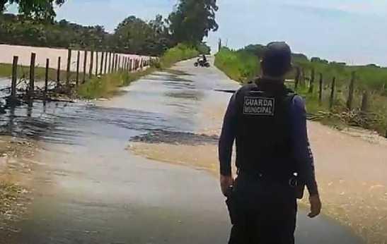 Acesso à Rodovia do Penedo é bloqueado em Itapemirim