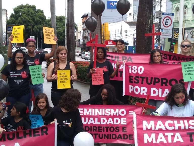 Mulheres protestam contra violência doméstica em Cachoeiro