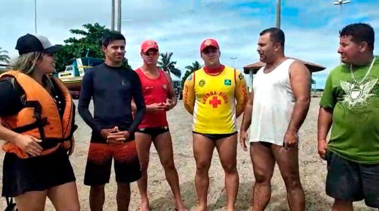 Guarda-vidas salvam amigos após barco virar em Marataízes