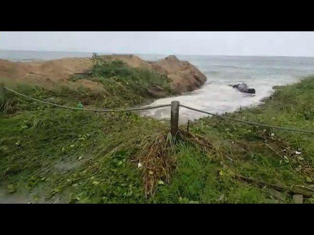 Ressaca do mar alaga ruas e causa destruição no Litoral Sul