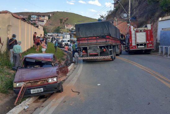 Acidente entre caminhão e carro deixa uma pessoa ferida em Alegre