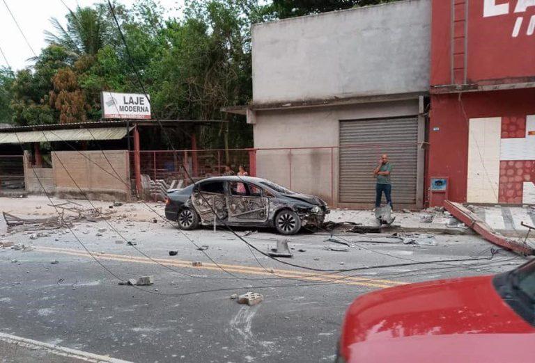 Motorista perde controle de veículo e derruba poste em Cachoeiro