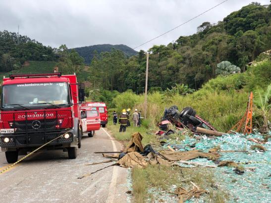Caminhão carregado com chapas de vidro tomba e mata motorista