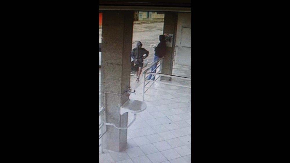 Suspeito pega celular de vítima