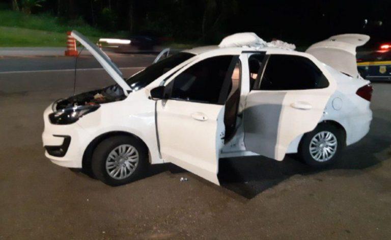 PRF recupera carro e garota de 17 anos é flagrada com arma na BR 101