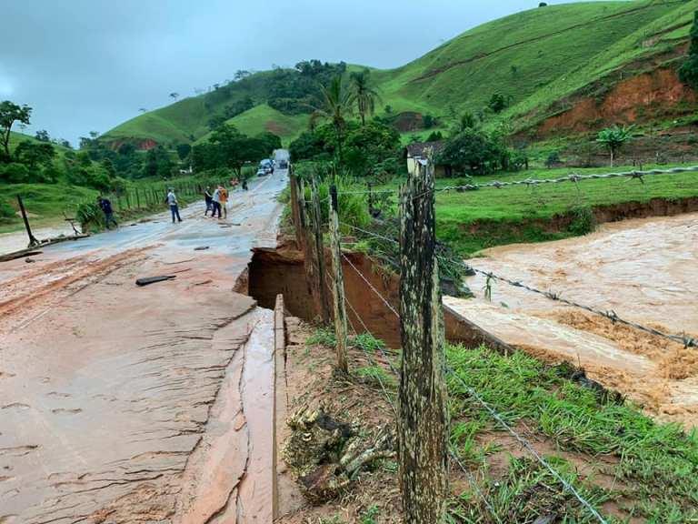 Rodovia interditada e famílias desalojadas em Muniz Freire