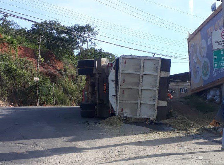 Caminhão carregado de ração tomba na Linha Vermelha em Cachoeiro