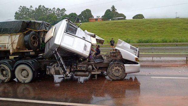 Caminhoneiro de Cachoeiro morre em acidente na BR 101
