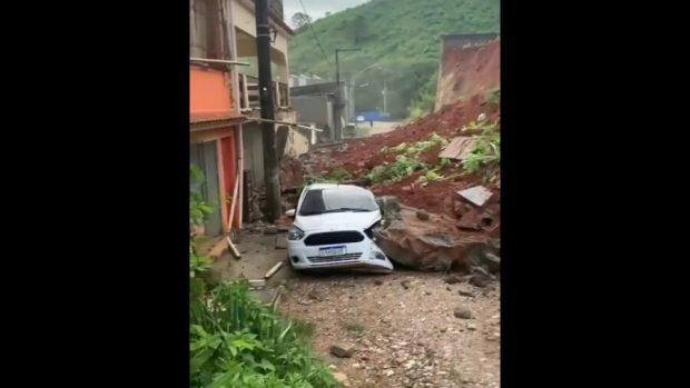 Vídeo: muro desaba sobre três carros, atinge três casas e oficina em Cachoeiro