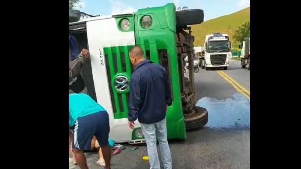 Caminhão tomba na BR 101, em Mimoso do Sul, e motorista fica ferido