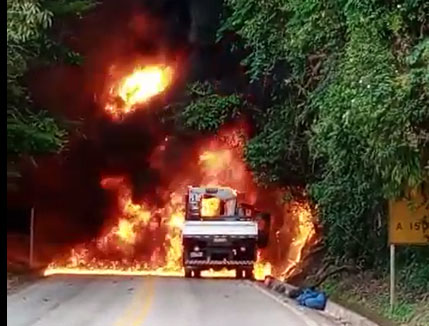 Incêndio destrói caminhão e interdita rodovia no Caparaó