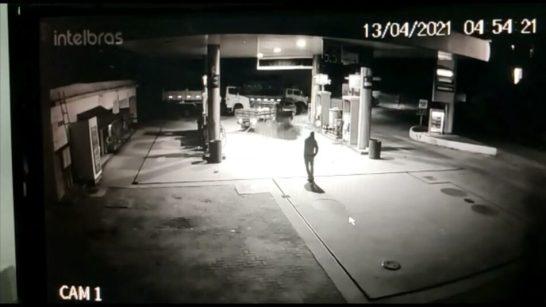 Vídeo – Bandidos assaltam posto e arrastam cofre pelas ruas de Presidente Kennedy