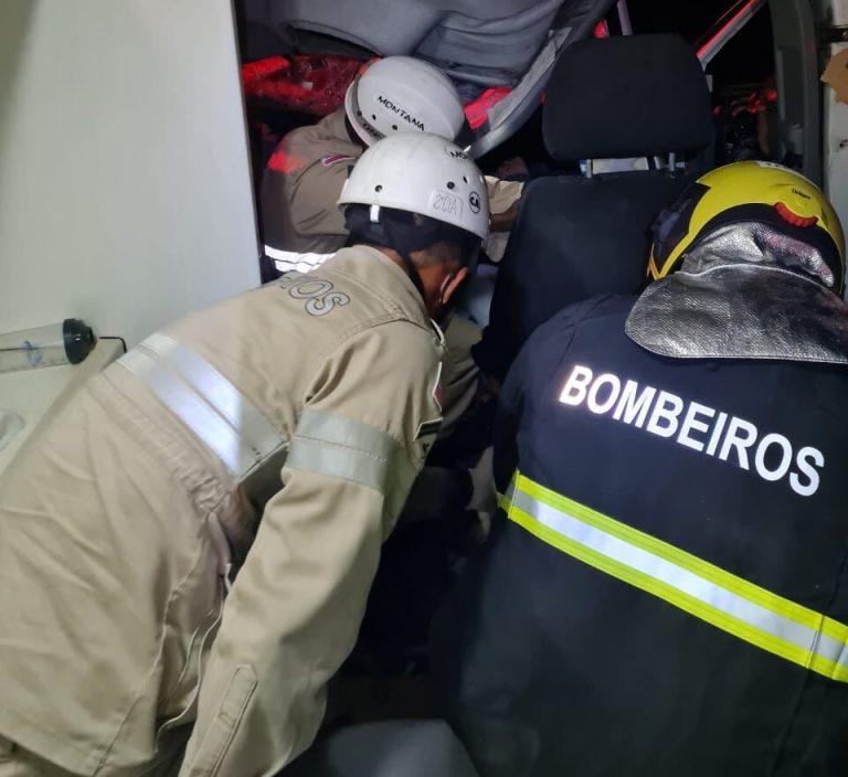 Mulher fica presa às ferragens em acidente na serra de Alegre