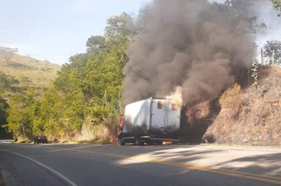 Caminhão carregado de eletrodomésticos pega fogo no sul do Estado