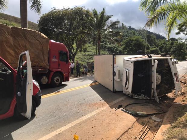 Acidente entre caminhão e carro de passeio interdita parcialmente a BR 482