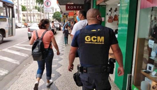 Fiscais flagram 200 sem máscaras em Cachoeiro no 1º de vigência da multa