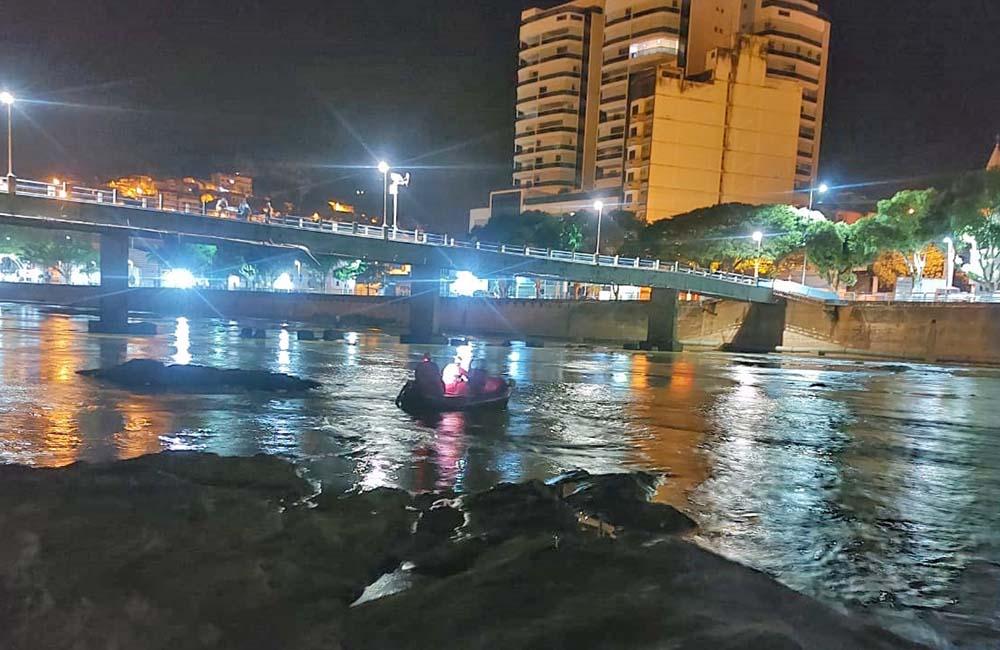 Homem pula no rio para escapar de assalto e é resgatado pelos bombeiros