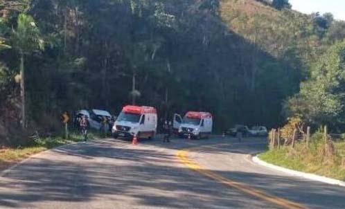 Dois adolescentes de moto morrem ao bater em caminhonete no Caparaó