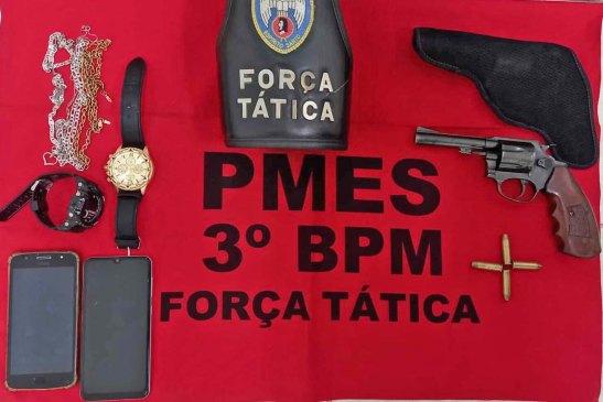 PM encontra arma em carro e leva quatro suspeitos para a delegacia em Alegre