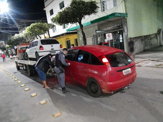Motorista tenta escapar de PM e bate em carro e muro em Alegre