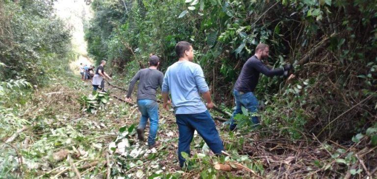 Moradores de Vargem Alta fazem novo mutirão para limpar linha da ferrovia
