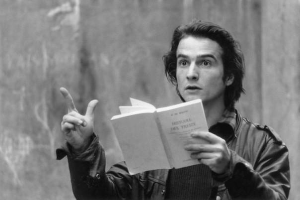 Jean-Pierre Léaud, dansOut 1, lit L'Histoire de Treize de Balzac, qui inspire le film.