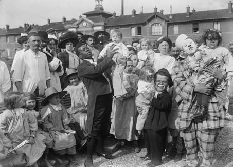 Le clown Chocolat, héros des enfants de l'hôpital Hérold, à Paris, en 1910