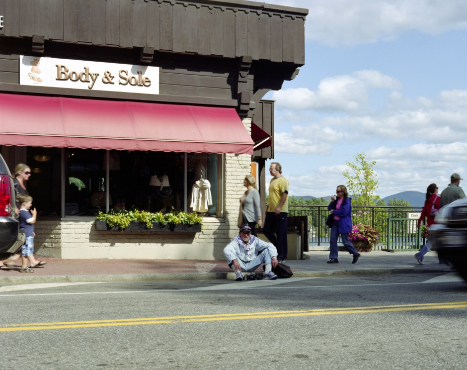 Mikael Sullivan, homeless photographer, Main Street, Lake Placid, NY, USA, 2010, par Philippe Bazin