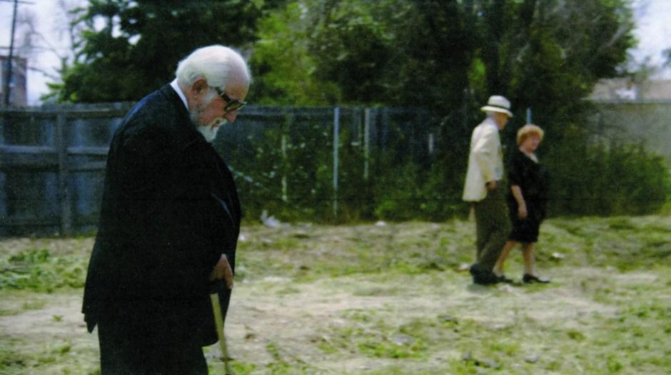 Gerald Foos (au premier plan), Gay Talese (chapeau blanc) sur les lieux, en 2015