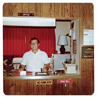 Gerald Foos à la réception du Motel, années 70