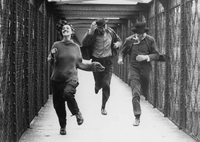 Jules et Jim, François Truffaut (1962). Dans Au Fond du Ciel, Ezra envoie de Paris une carte postale à Isaac, « le photogramme d'un autre film (français) où deux jeunes gens couraient derrière une fille sur un pont ».