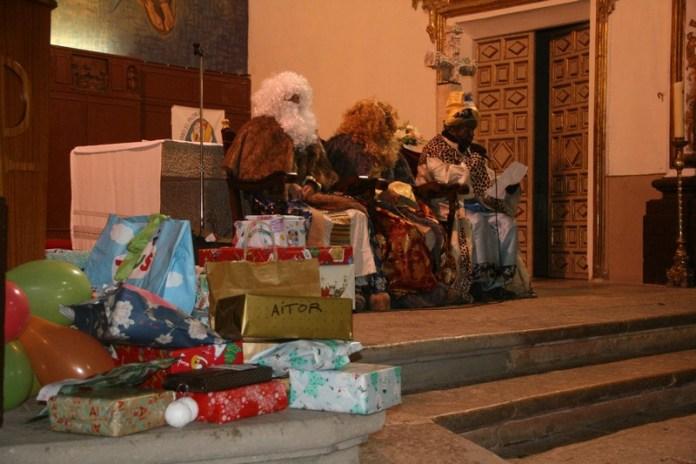 Els Reis Mags porten regals als xiquets i xiquetes de Castellfort
