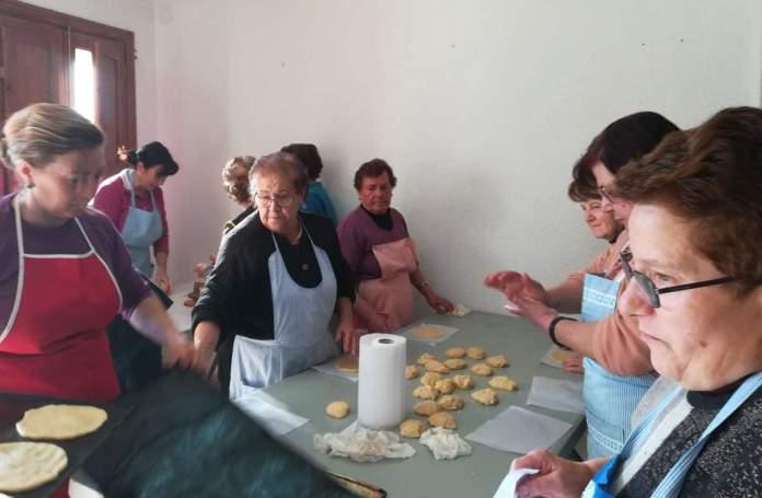 Dones pastant les coquetes de Sant Antoni a Vilar de Canes
