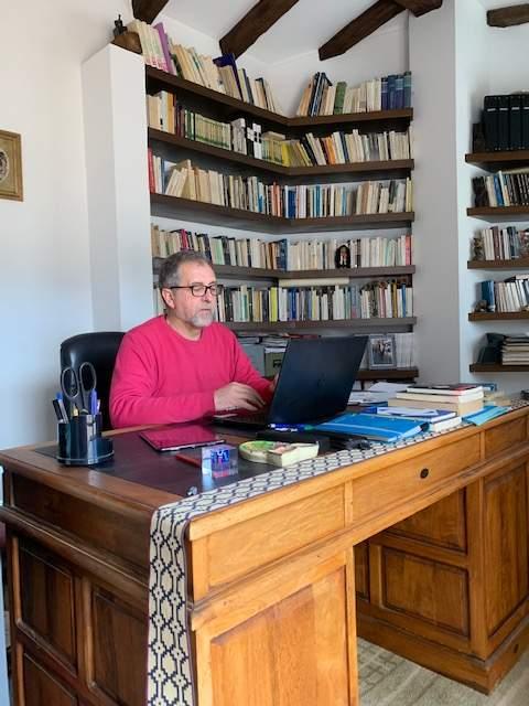 José Martí treballant des de casa