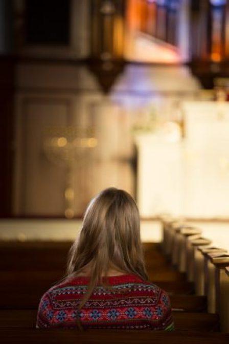 Kuvattu lavastetussa tilanteessa Finlaysonin kirkossa Tampereella. Kuvassa esiintyvät henkilöt ovat malleja, joiden kanssa on sovittu kuvien käytöstä seurakuntien tiedottamisessa. Yksinäinen.