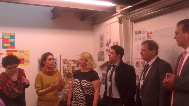 Els integrants de la delegació europea visitant una de les nostres aules i interessats pel  programa d'acollida i llengua que ofereix diàlegs