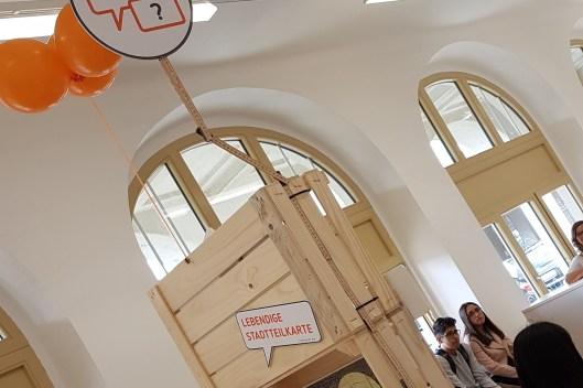 In einer Ausstellung mit Kisten vom Markt präsentierten wir unsere Projekte (CC) Gebietsbetreuung Nord