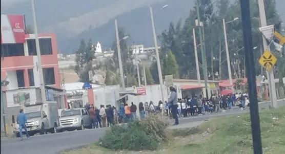 Dos internos muertos y un policía herido sería el primer saldo del amotinamiento en la cárcel de Latacunga