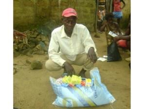 住民に配布する石けんと食料