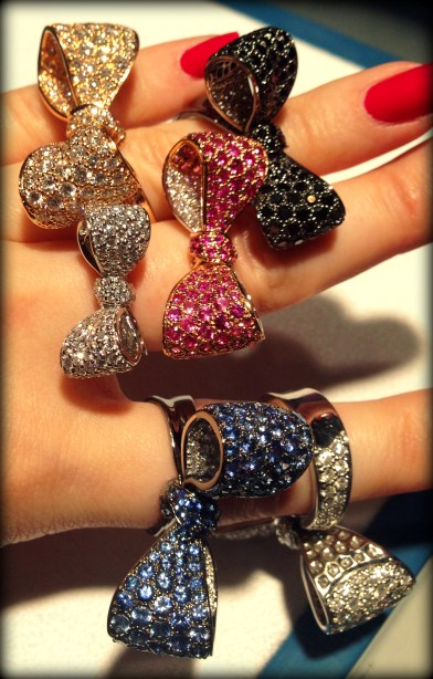 A handful of glorious gold, diamond, and gemstone bow rings by Mimi So. Pictured: diamonds, black diamonds, sapphires, and pink sapphires. Via Diamonds in the Library.
