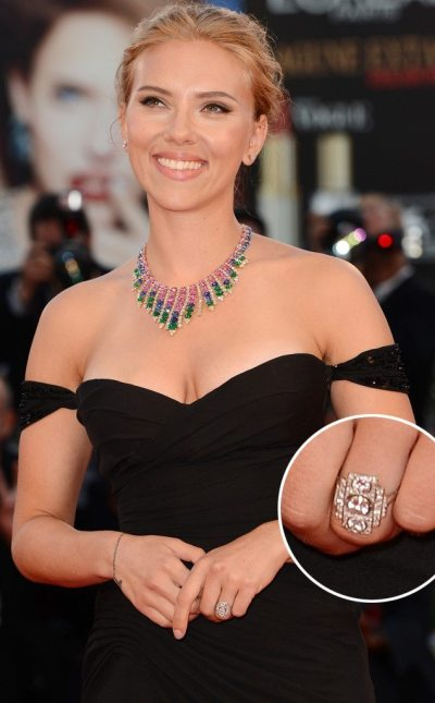 Scarlett Johnansson in a glamorous black gown, a beautiful Bulgari necklace, and her antique Art Deco engagement ring. Via Diamonds in the Library.