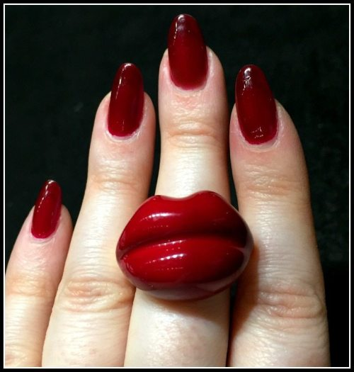 Mattioli kiss ring in red lips; at VicenzaOro.