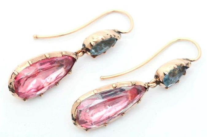 A beautiful pair of antique Georgian earrings of foiled-back design with aquamarines and pink topaz or pink crystal in 15k gold. Circa 1830.