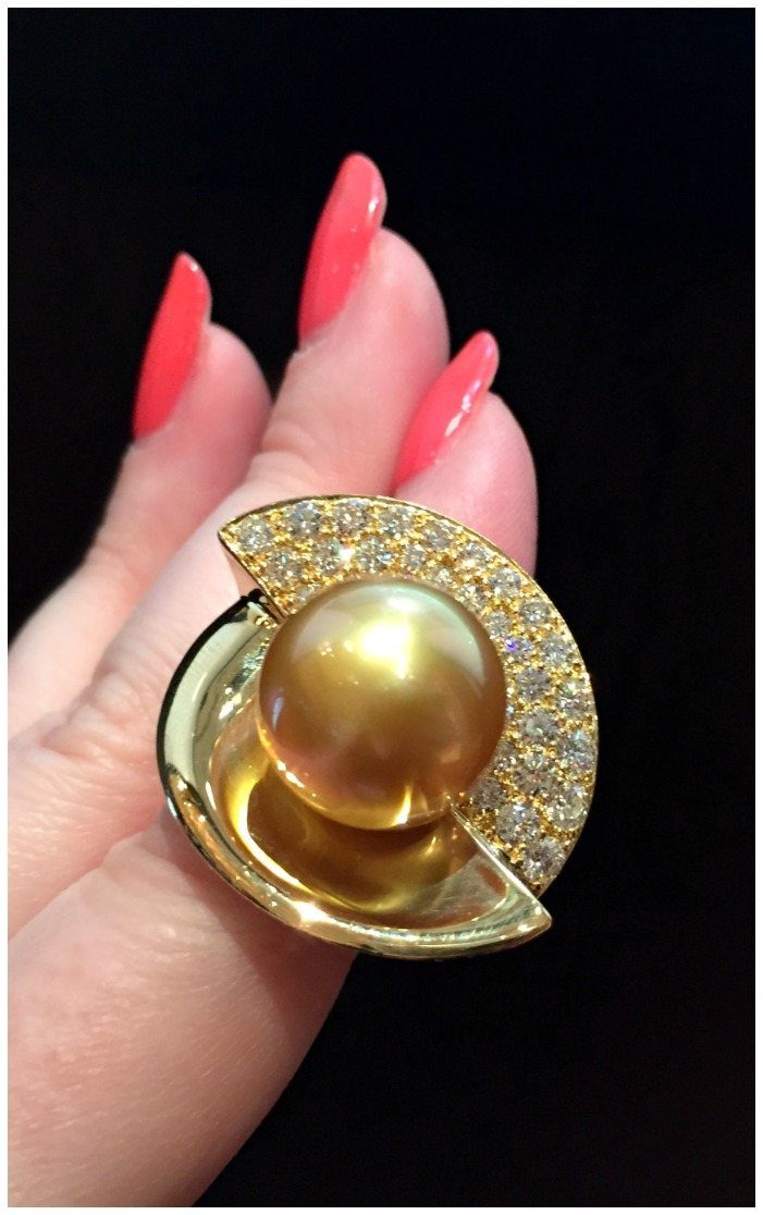 An incredible natural golden pearl and diamond ring in yellow gold from Jewelmer.