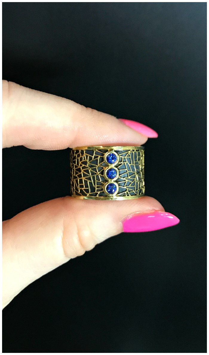 A spectacular hand-crafted sapphire ring by Baiyang Qiu.