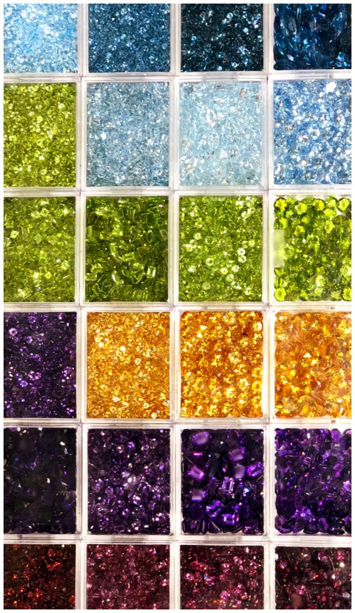 A beautifully organized tray of gemstones at Kaiser Gems