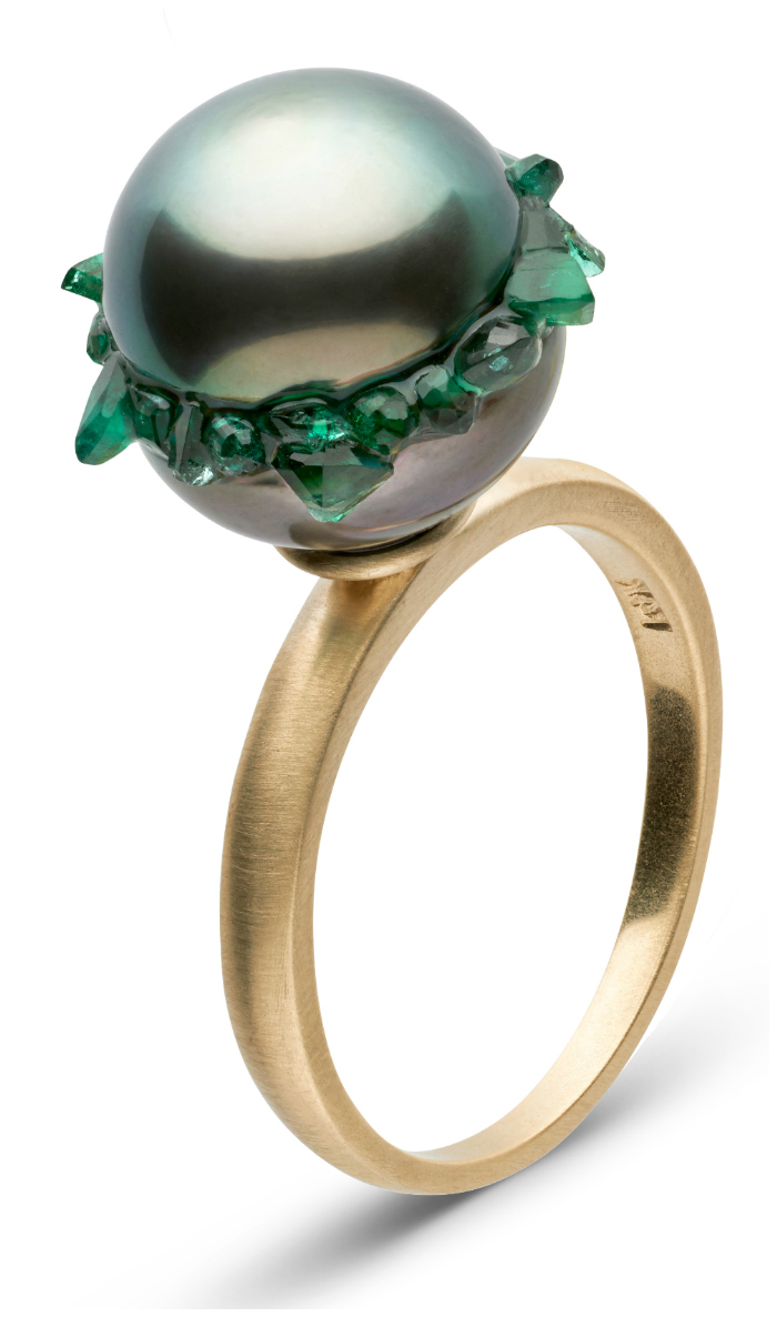 A beautiful pearl ring from the little h Spiral collection. The pearl is set with emeralds!