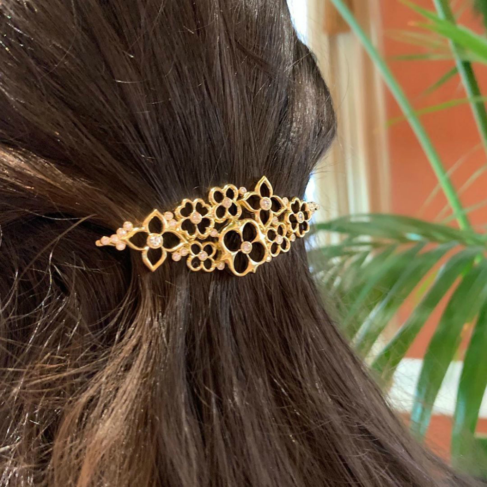 Beautiful flower hair clip by Gumuchian, in yellow gold with diamonds.