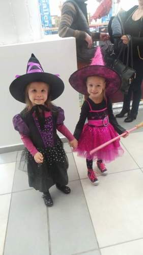 O mica vrajitoare in ziua de Halloween